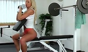 Sporty mart slut Silvia Saint masturbates in the gym